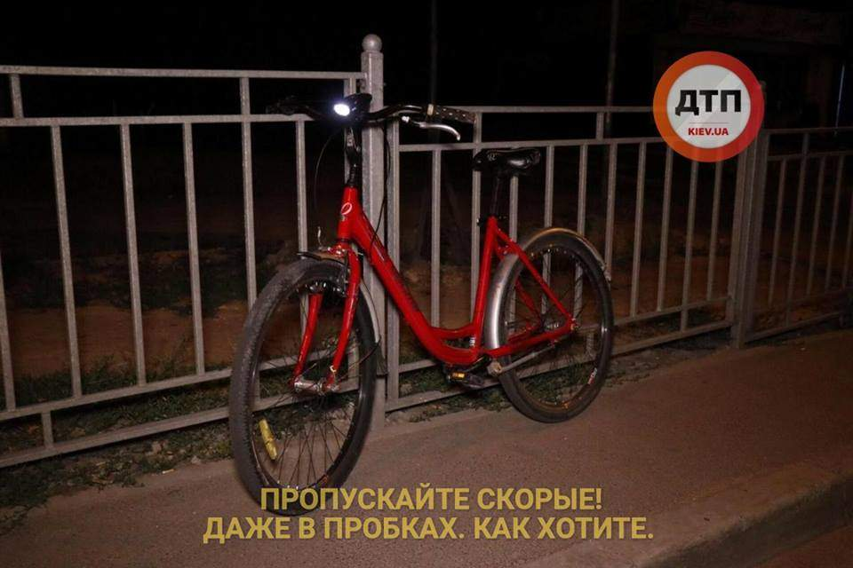 В Киеве на дороге нашли окровавленную велосипедистку (фото)