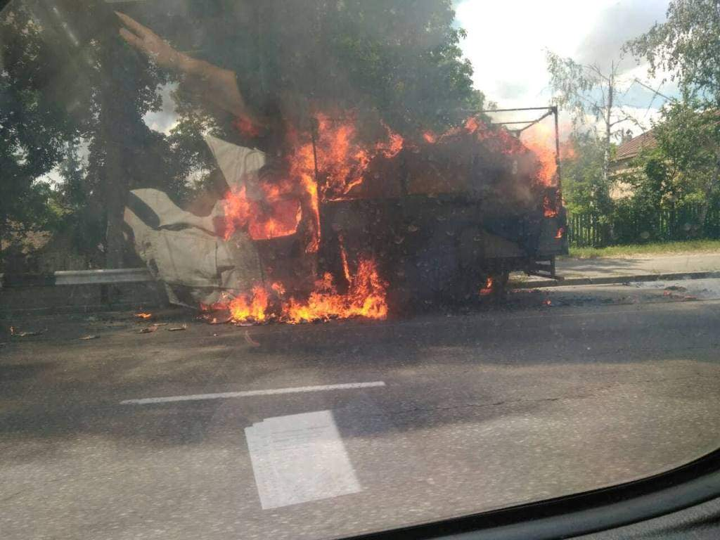 В Киеве на ходу загорелся грузовик (фото)