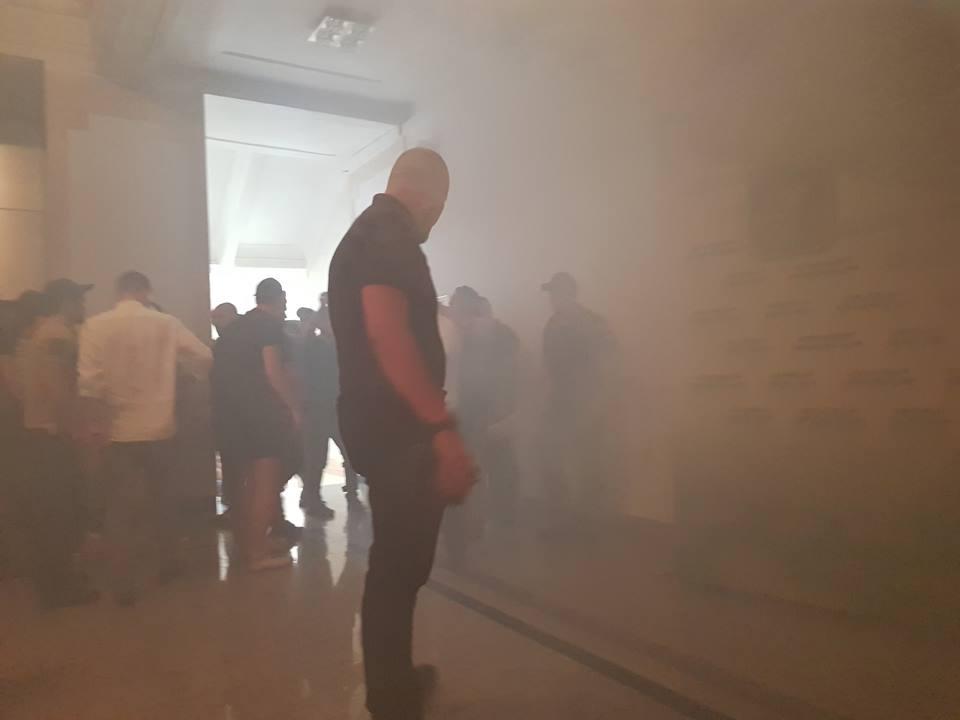 Под Харьковским горсоветом ультрас и Нацкорпус жгли файера и устроили стычки