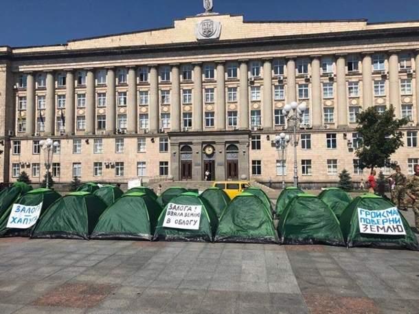 Возле Черкасской ОГА  участники АТО установили палаточный городок (фото)