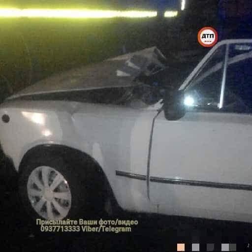 В Запорожье автомобиль на скорости залетел под поезд (фото)
