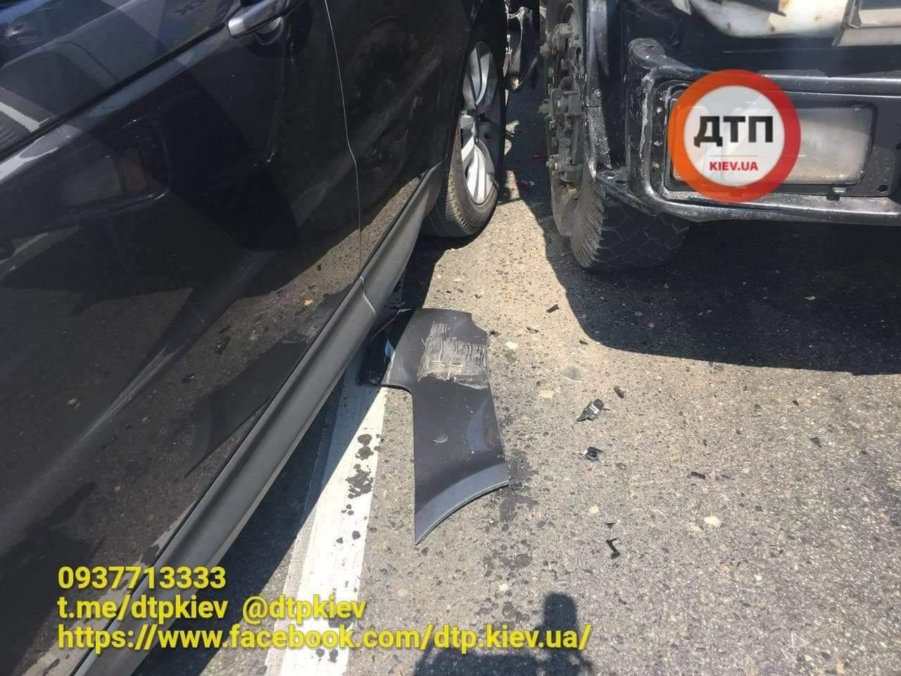 На Печерском путепроводе в Киеве грузовик протаранил Range Rover (фото)