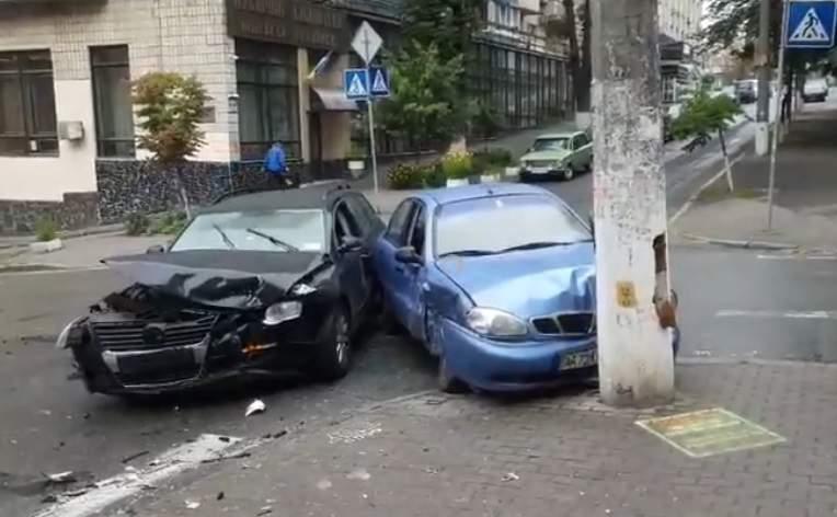 В результате столкновения двух автомобилей в Киеве есть пострадавшие (видео)