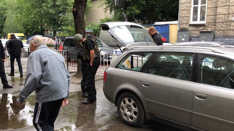 Львовскому активисту подбросили в автомобиль гранату (фото)