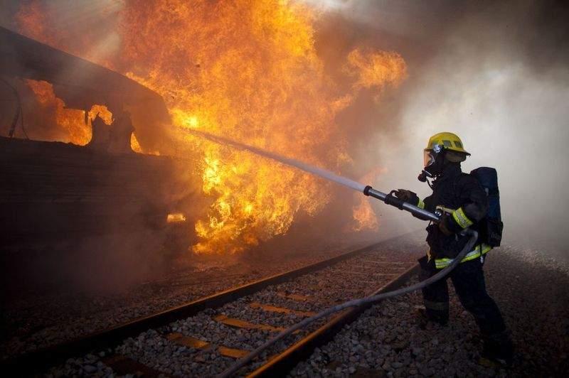 В Ровно горел грузовой поезд с дровами разных пород (видео)
