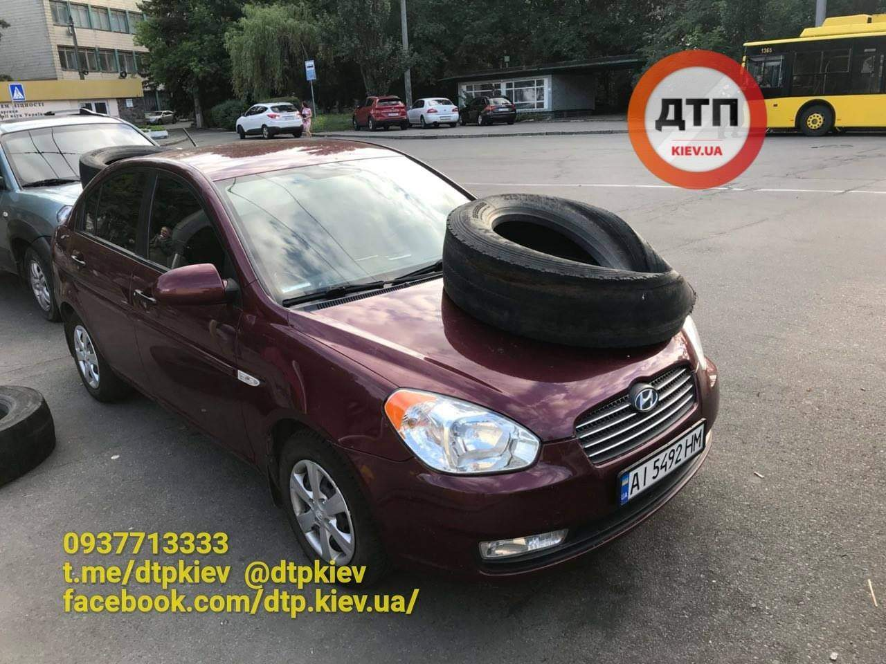 «Героям парковки» в Киеве активисты положили шины на капот автомобиля (фото)
