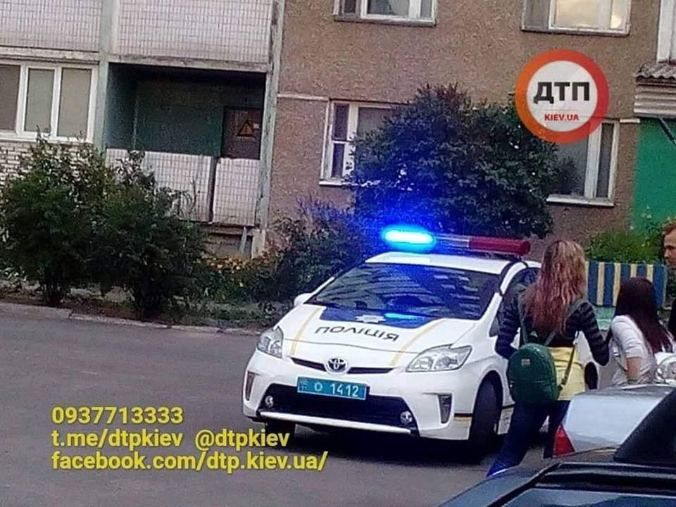 В Киеве подростки пытались спрыгнуть с крыши из-за неразделенной любви (фото, видео)