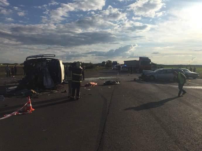 В Ровенской области произошло массовое ДТП, четыре человека погибли, еще девять пострадали (фото)