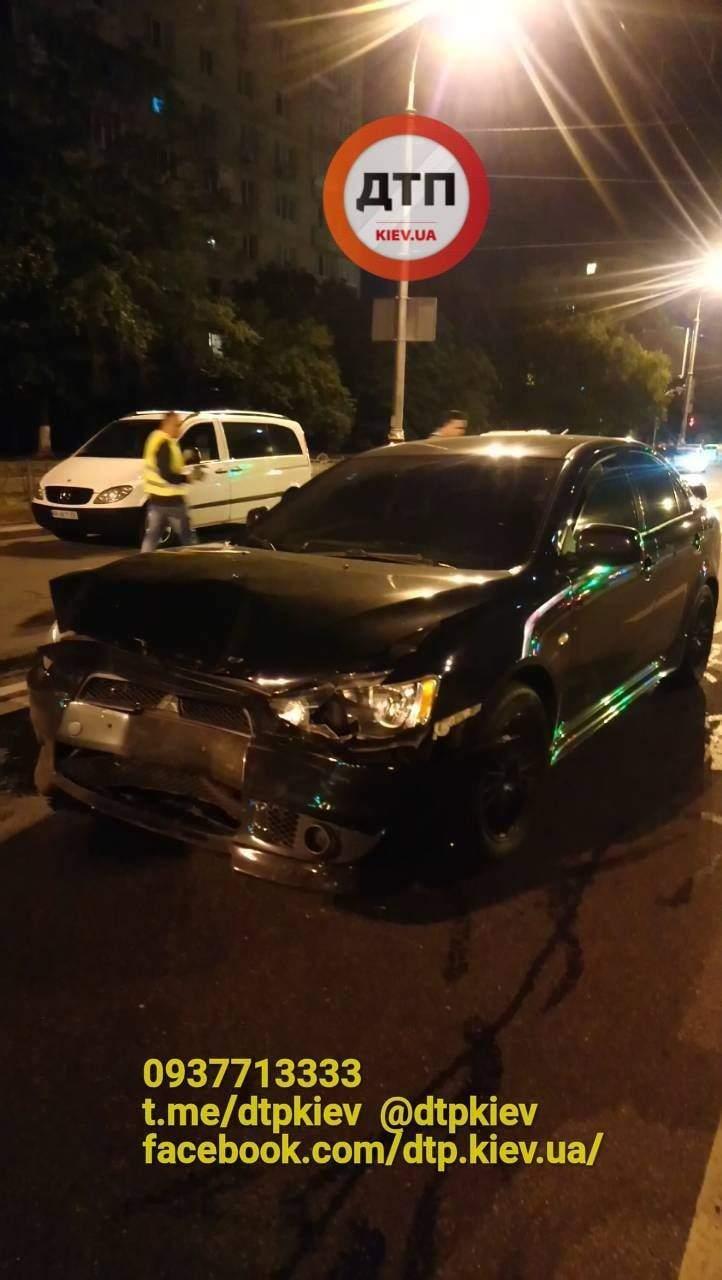 В Киеве автомобиль не уступил дорогу другому: в результате ДТП есть пострадавшие (фото)