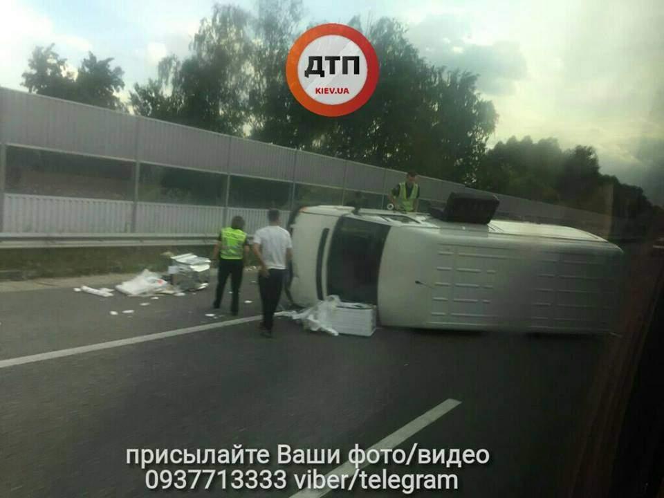 Под Киевом опрокинулся микроавтобус (фото)