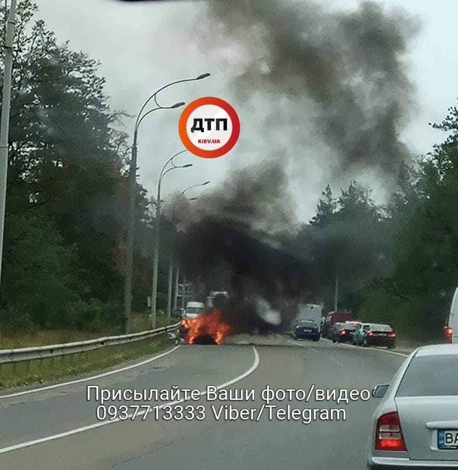 Под Киевом загорелся автомобиль (фото)