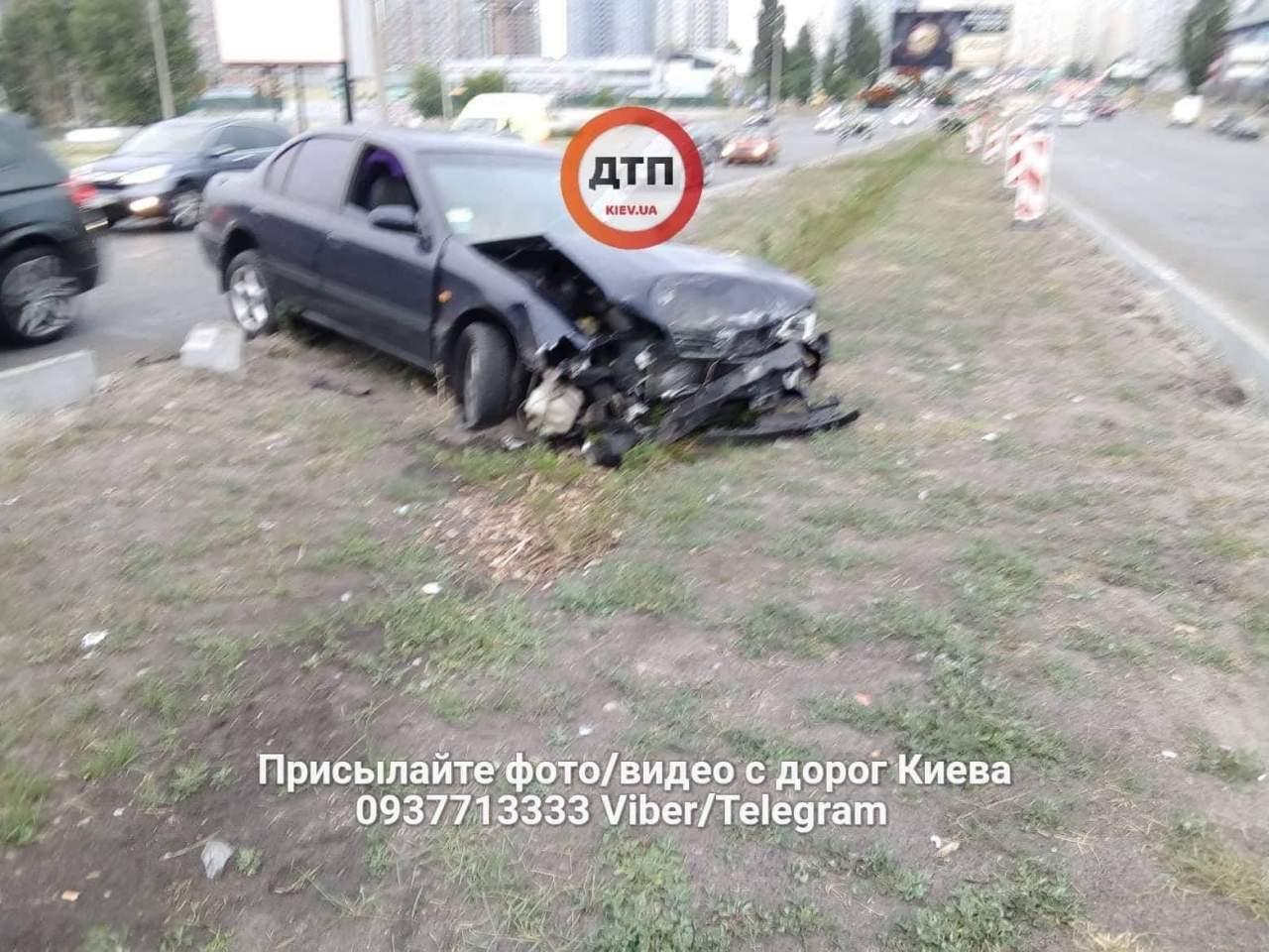 В Киеве автомобиль Nissan уходил от патрульной полиции и совершил ДТП (фото)