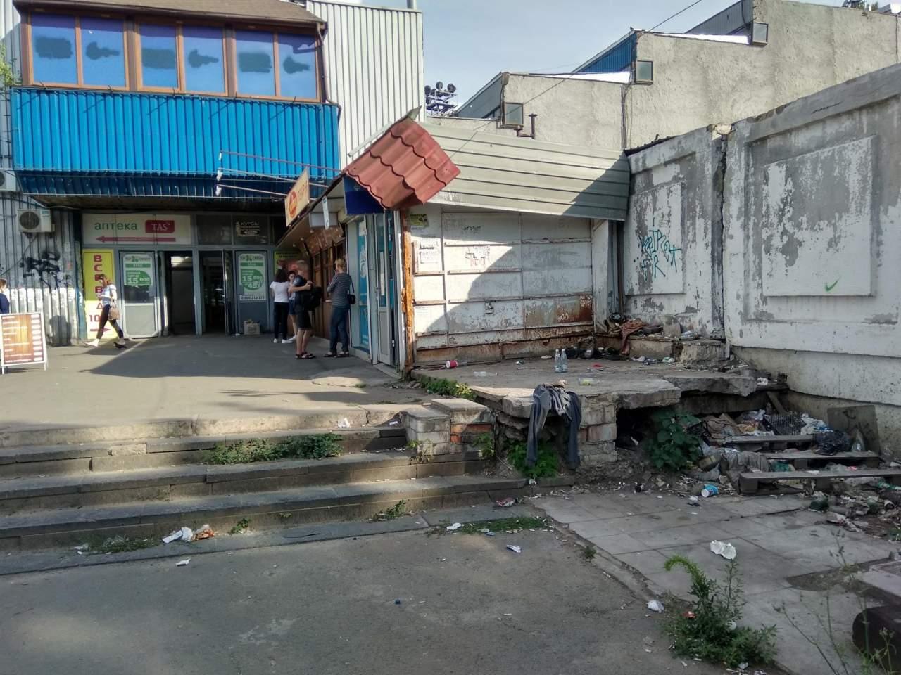 В Киеве территория вблизи ж/д вокзала завалена мусором (фото)