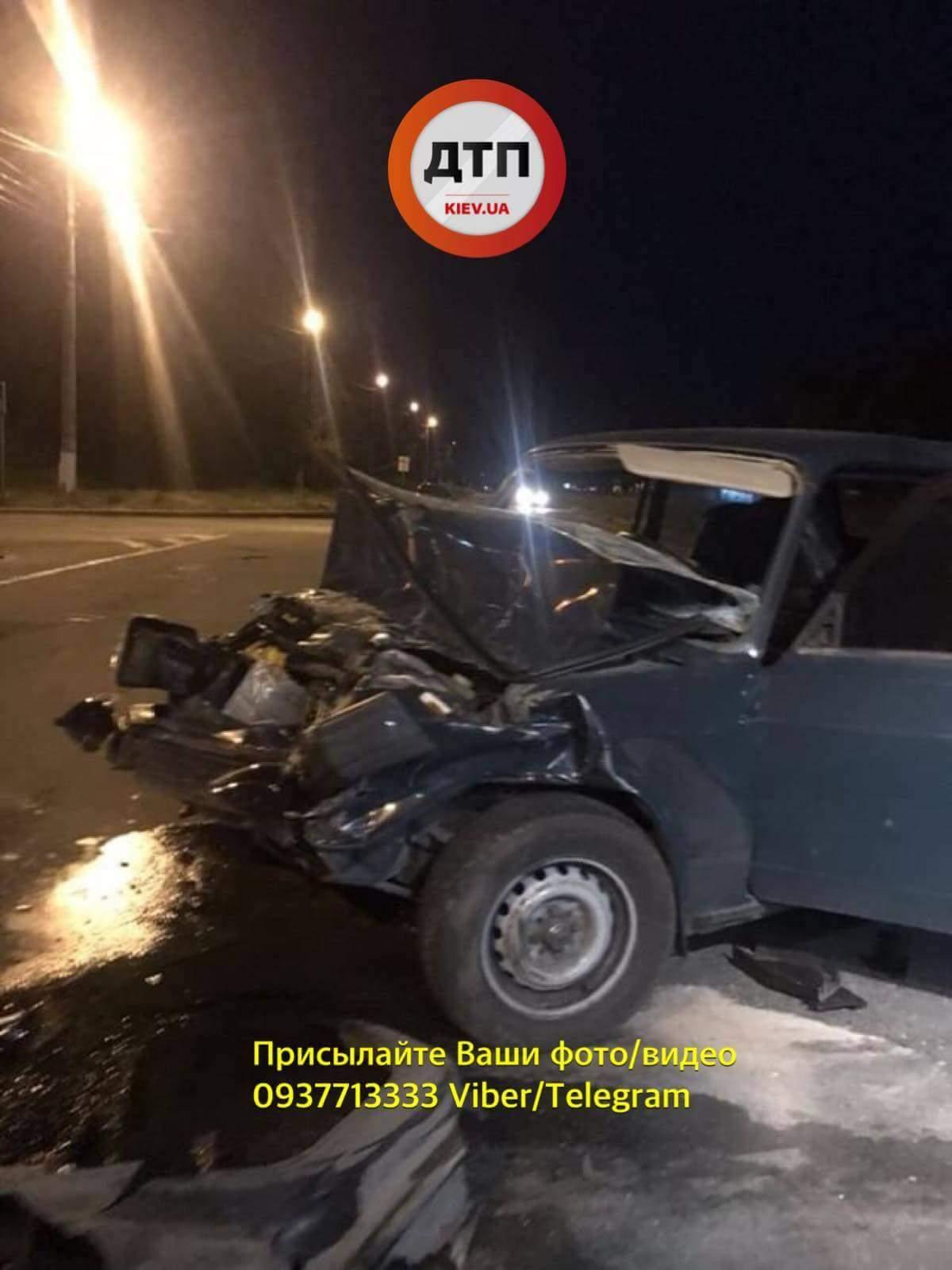В Броварах в результате столкновения двух автомобилей, пострадавших извлекали из машины с помощью спецтехники (фото)