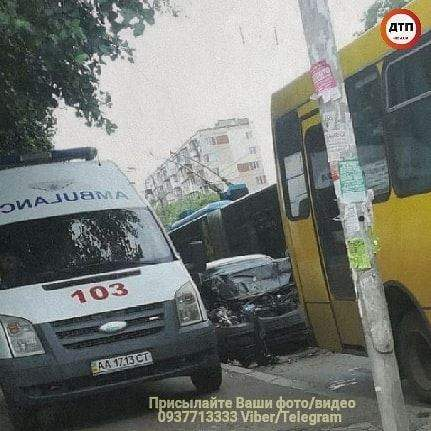 В столице автомобиль догнал маршрутку: легковой транспорт получил сильные повреждения (фото)
