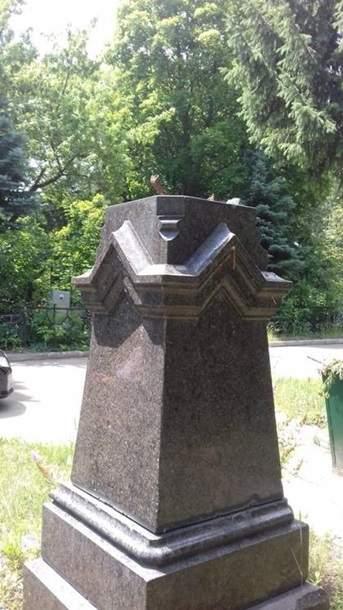 В Харькове вандалы надругались над могилой известного историка (фото)