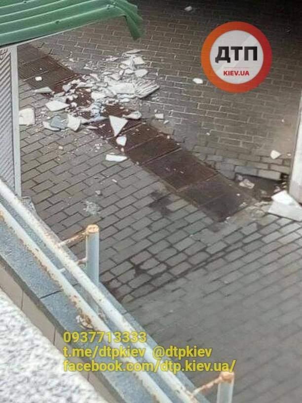 В столице один из подземных пешеходных переходов постепенно разрушается (фото)
