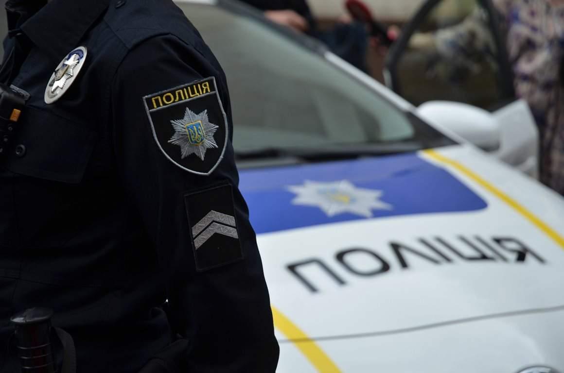 В Киеве хулиган ударил полицейского рацией по лбу