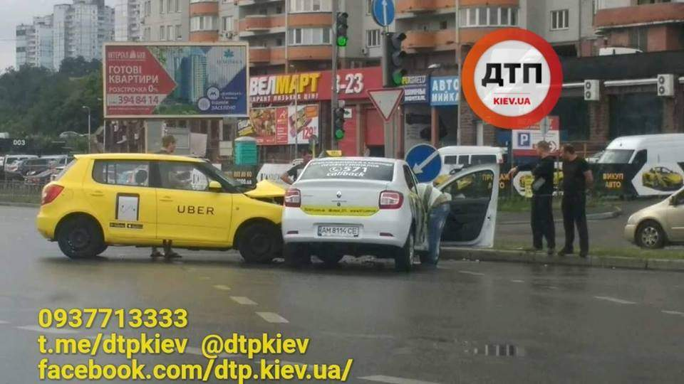 В Киеве столкнулись  два такси, движение на трассе заблокировано (фото)