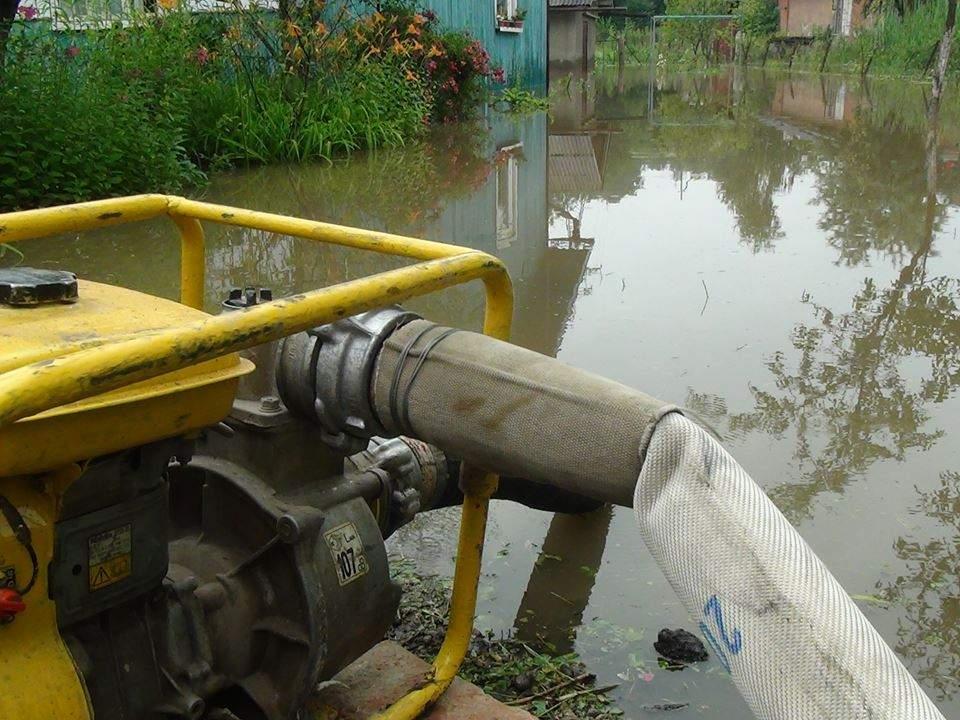 В Ивано-Франковской области из-за сильных дождей затоплены жилые дома, разрушены дороги и мосты