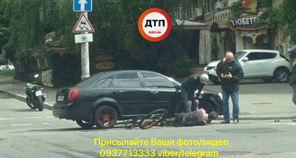 В Киеве велосипедист столкнулся с легковым автомобилем