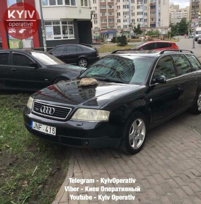 В Киеве нерадивому парковщику поцарапали дверь автомобиля и положили камень на капот (фото)