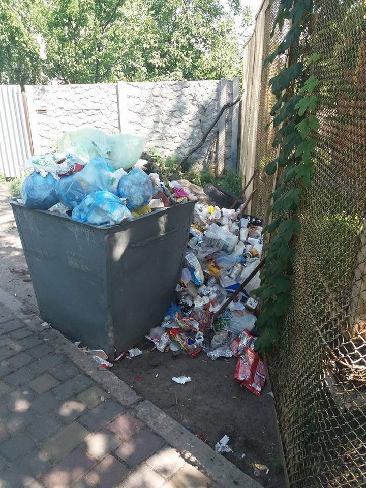 В Чугуеве автостанция завалена мусором (фото)
