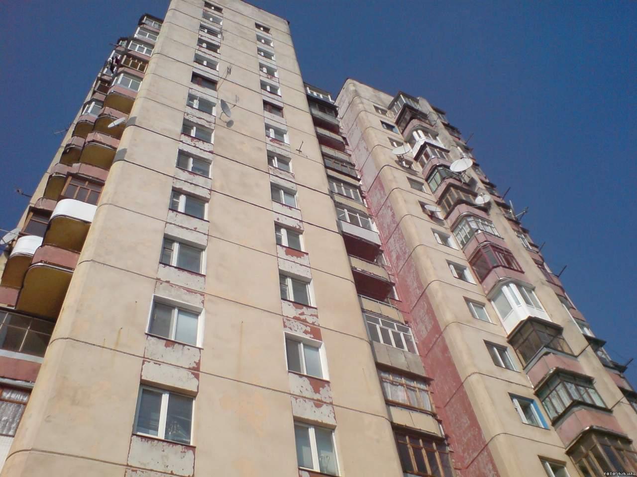 В Харькове из окна многоэтажного дома выпал мужчина