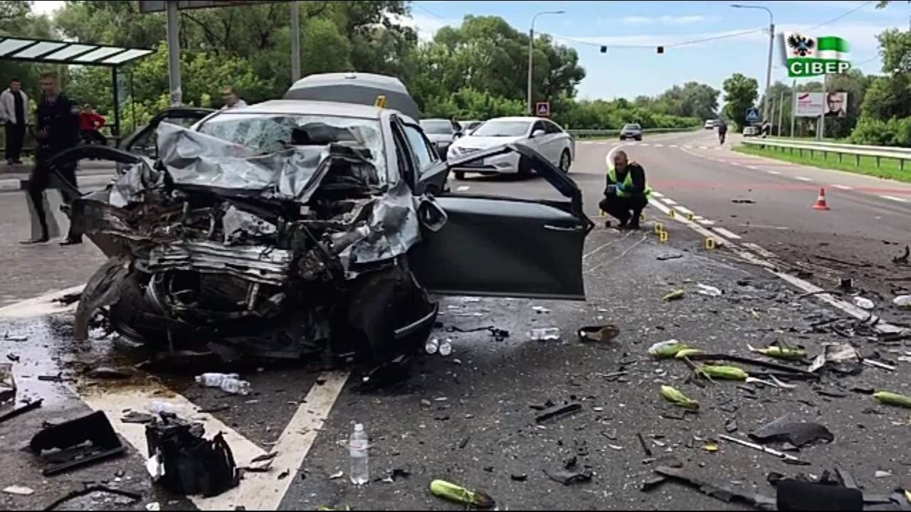 Под Черниговом легковой автомобиль на скорости въехал во встречную Газель: 4 погибших (видео)