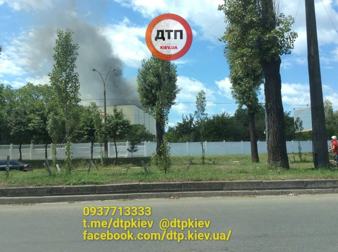 В Киеве вспыхнул масштабный пожар на территории комбината «Прогресс» (фото)