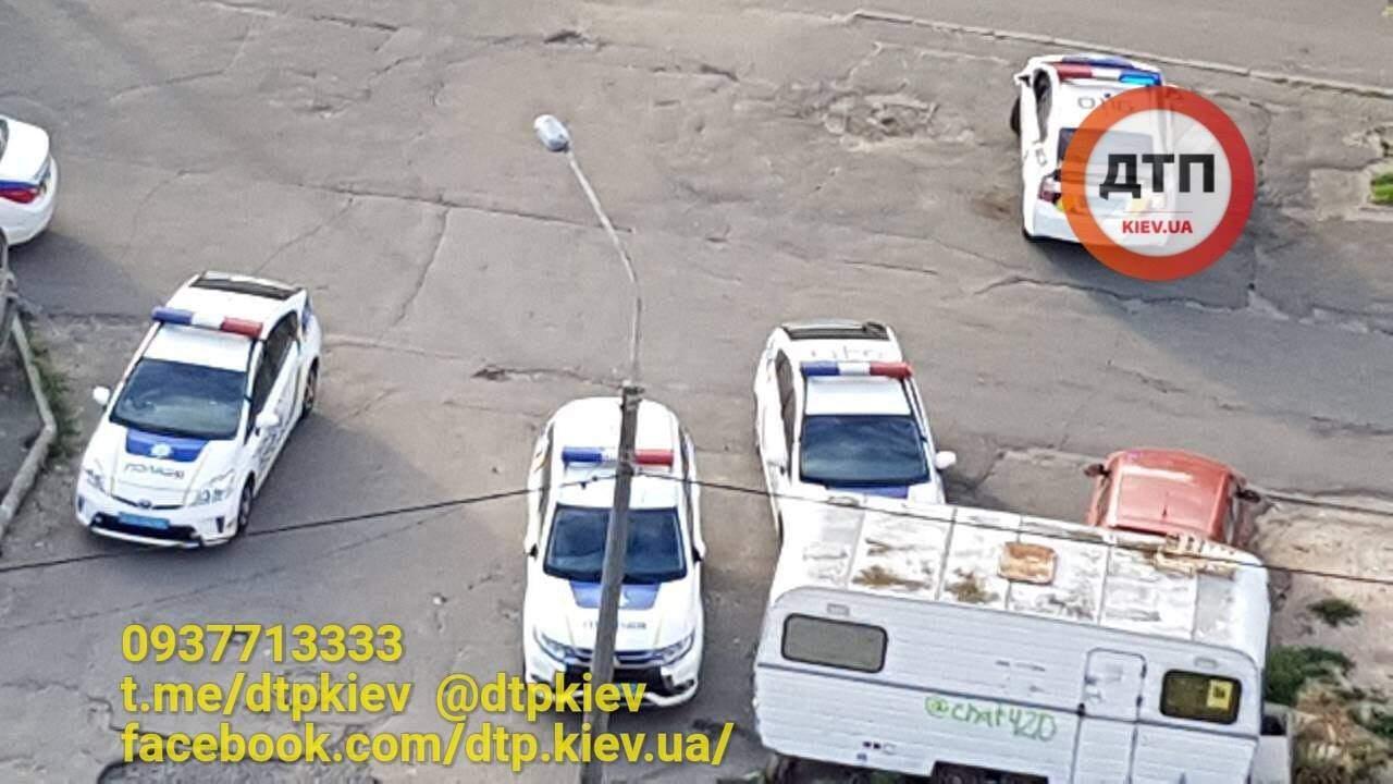 В Киеве средь бела дня мужчина открыл огонь из травматического оружия (фото)