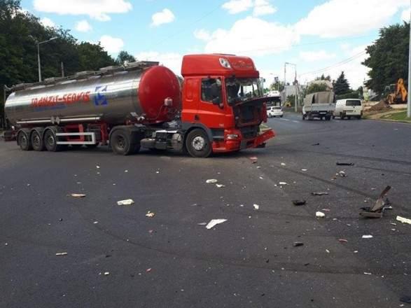 В Харькове грузовик с кислотой столкнулся с микроавтобусом, есть пострадавшие (фото)