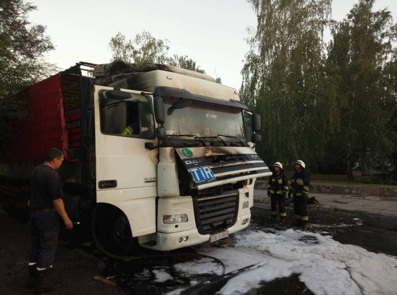 В Днепре на ходу загорелся грузовик с пьяным водителем и пассажиром