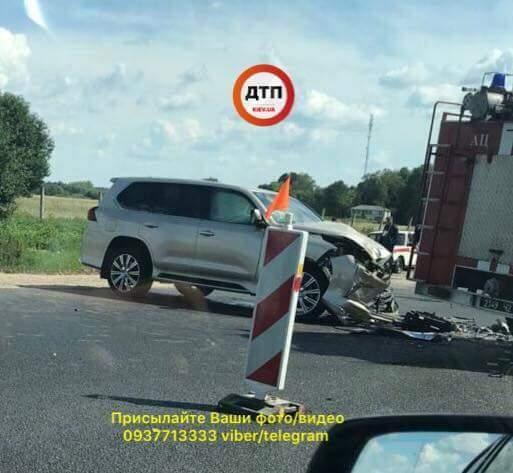Под Винницей столкнулись внедорожник и машина ГСЧС, движение на трассе затруднено (фото)
