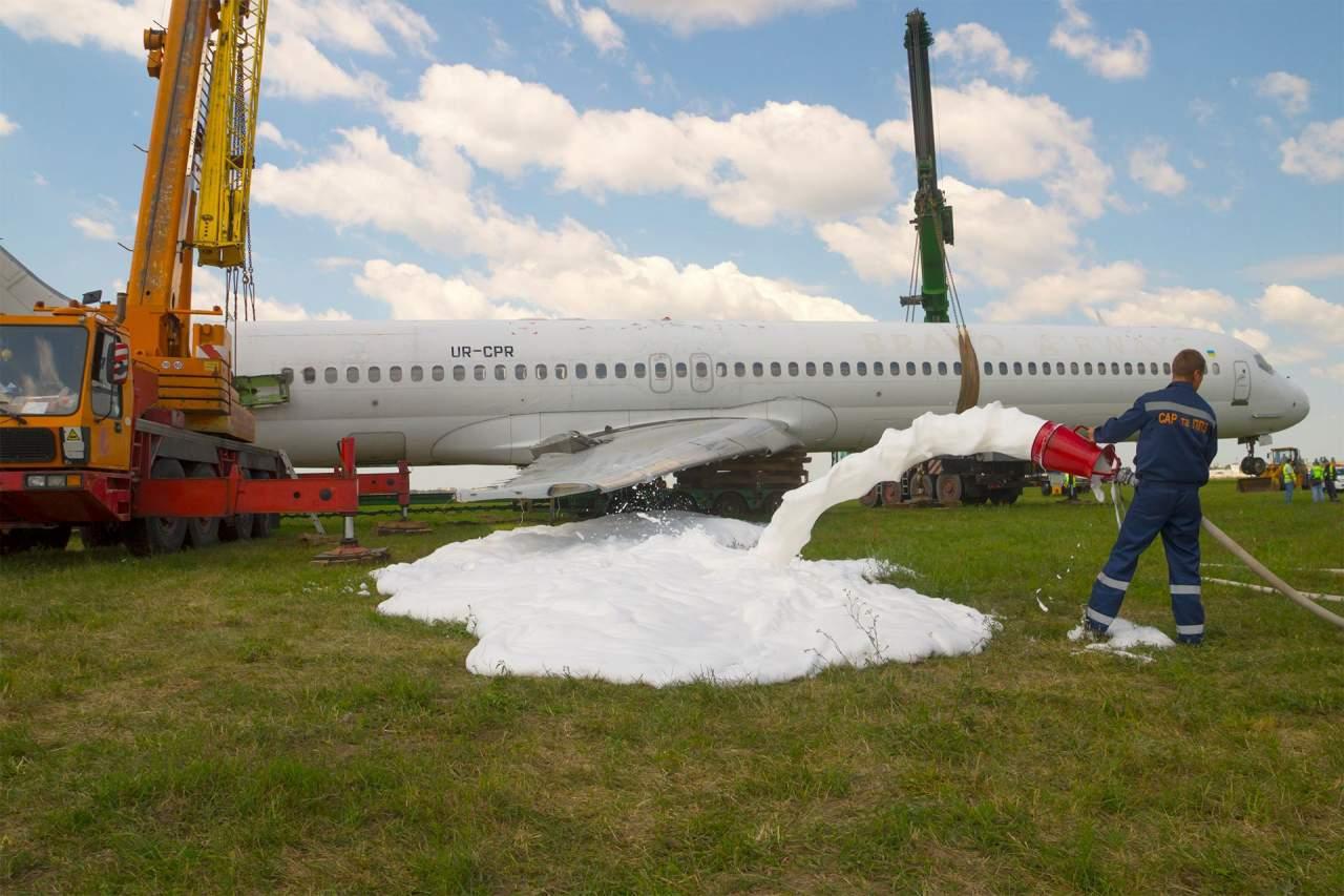 В Киеве утилизируют аварийный самолет, который выкатился со взлетно-посадочной полосы (фото)