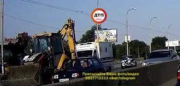 В Киеве легковой автомобиль «залетел» под трактор (фото)