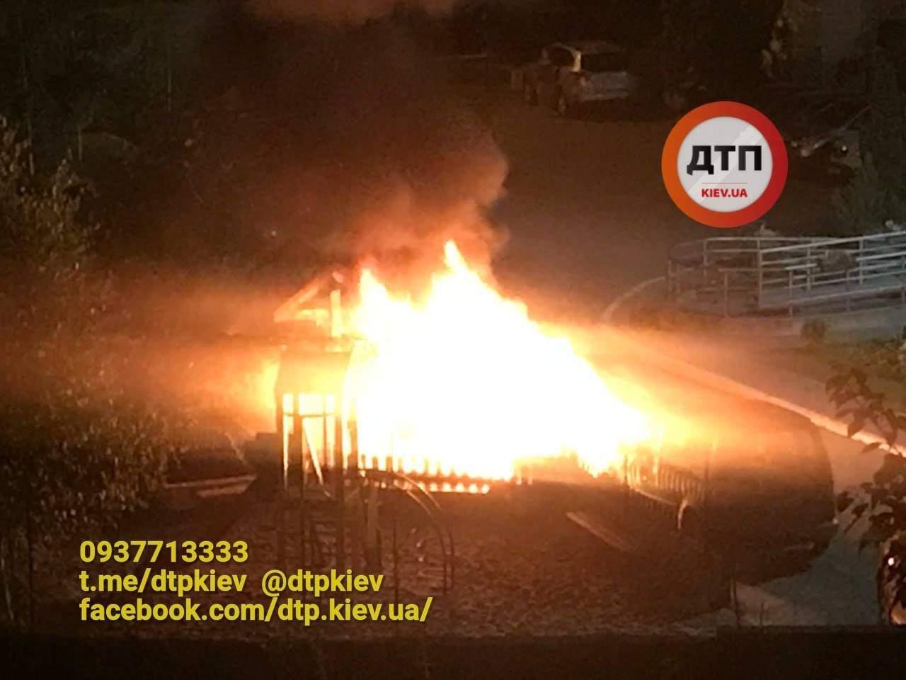 «Слышали звук, как от петарды»: В Киеве дотла сгорел автомобиль (фото)