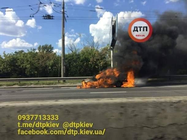 В Киеве во время движения загорелся автомобиль (фото,видео)