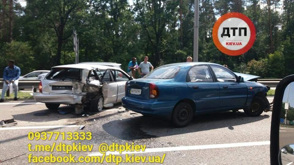В Киеве  на высокой скорости столкнулись два автомобиля, есть пострадавшие (фото)