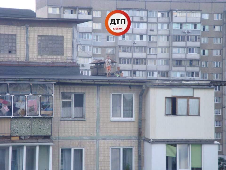 В Киеве дети едва не упали с крыши многоэтажки, на которую залезли покурить (фото)