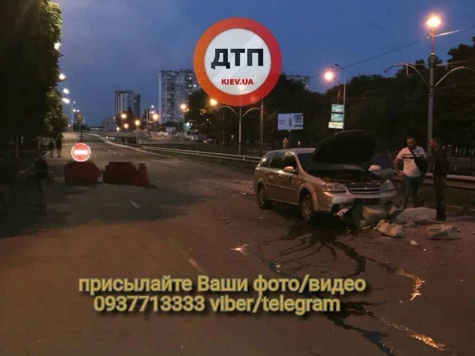 В Киеве в направлении Окружной дороги автомобиль