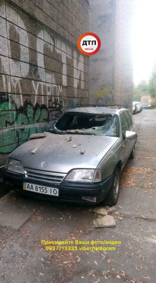 В Киеве  со здания кинотеатра на машину упала облицовка, выбила лобовое стекло