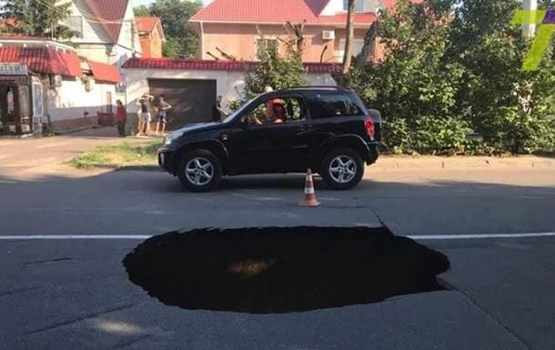 В Одессе на проезжей части дороги образовался провал
