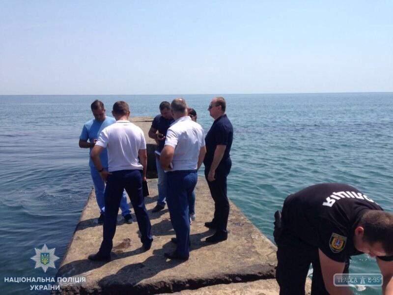 Одесситы обнаружили в море труп с привязанной сумкой, в которой находились камнями