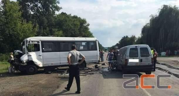 В Черновицкой области произошло ДТП с участием маршрутки и микроавтобуса, один человек погиб, а еще восемь получили травмы