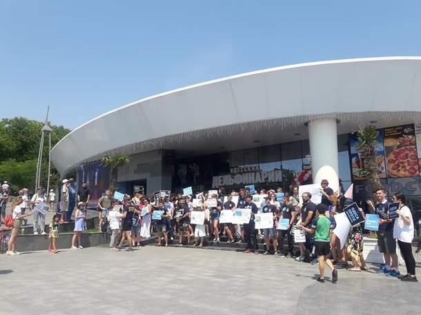 В Одессе у дельфинария  зоозащитники устроили акцию протеста