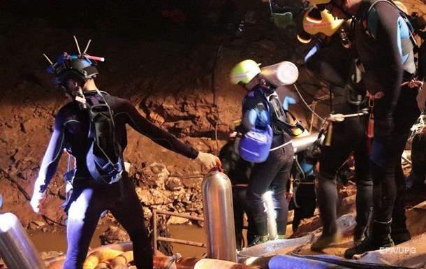 В Таиланде спасатели начали миссию по эвакуации 12 подростков-футболистов и их тренера из пещеры