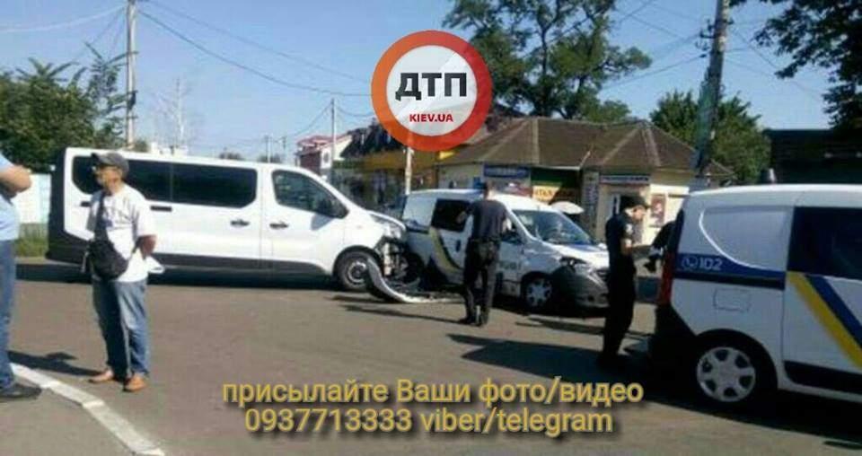 Под Киевом произошло ДТП с участием патрульной машины и микроавтобуса