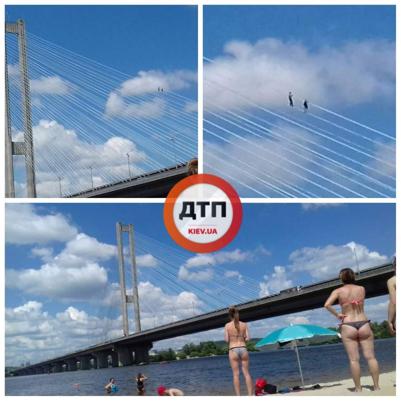 В Киеве двое подростков выбрались на верхушку моста по тросам (фото)