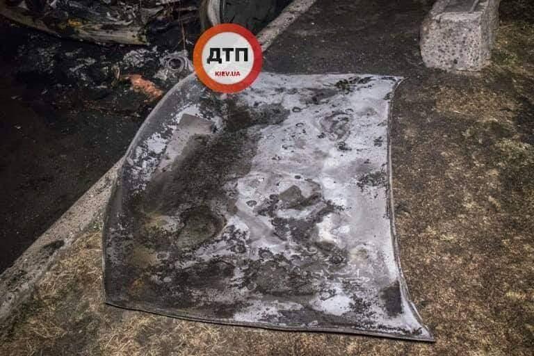 В Киеве неизвестные подожгли внедорожник и скрылись (фото)